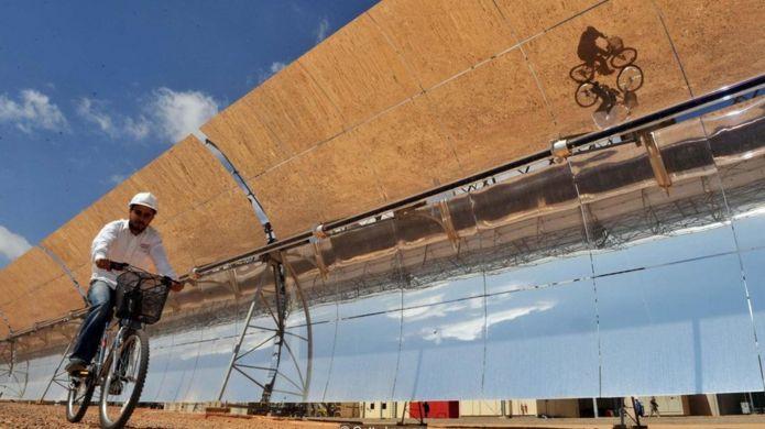 與公共汽車一般大小的數百個曲面鏡成排排列著,覆蓋 140 萬平方米的沙漠,面積相當於 200 個足球場(圖片來源:Getty Images)