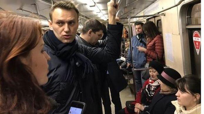 Фотограф Евгений Фельдман едет вместе с Навальным в метро.