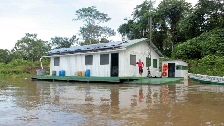 Barco de pesquisa do Instituto Mamirauá no Amazonas