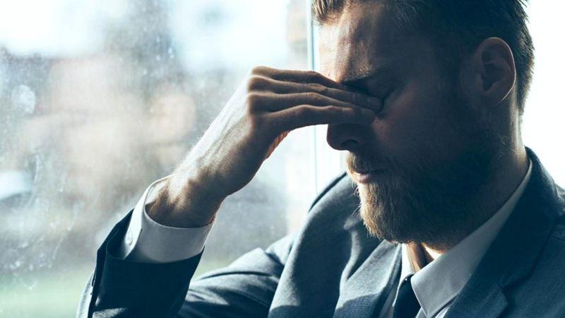 Стресс может стать причиной вредных привычек, таких как курение или пристрастие к алкоголю, которые преждевременно сводят человека в могилу