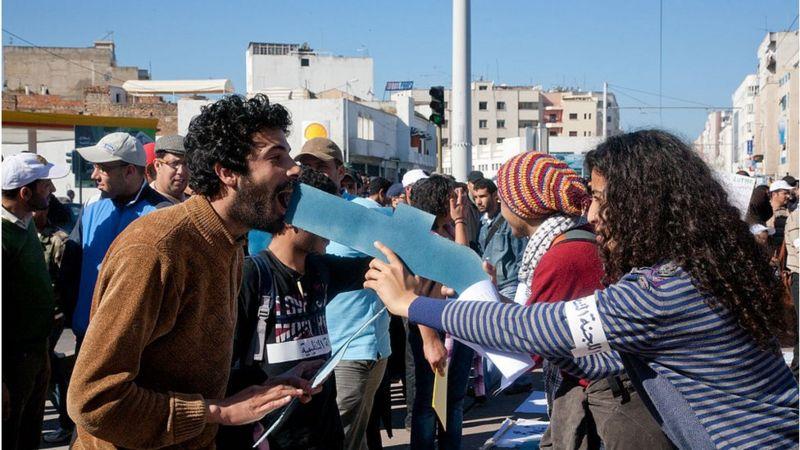 Protesto no Marrocos com logo do Facebook