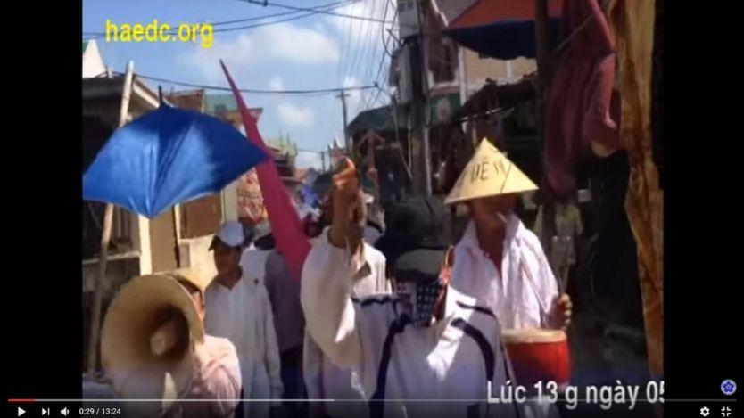 Người dân Cồn Sẻ dùng loa và trống đi tuần hành trong địa phận giáo xứ