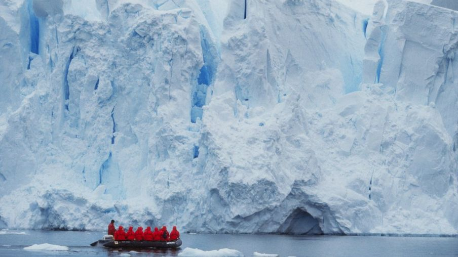 http://ichef-1.bbci.co.uk/news/904/cpsprodpb/871E/production/_89009543_c0157237-tourists_at_edge_of_ice_shelf,_antarctica-spl.jpg
