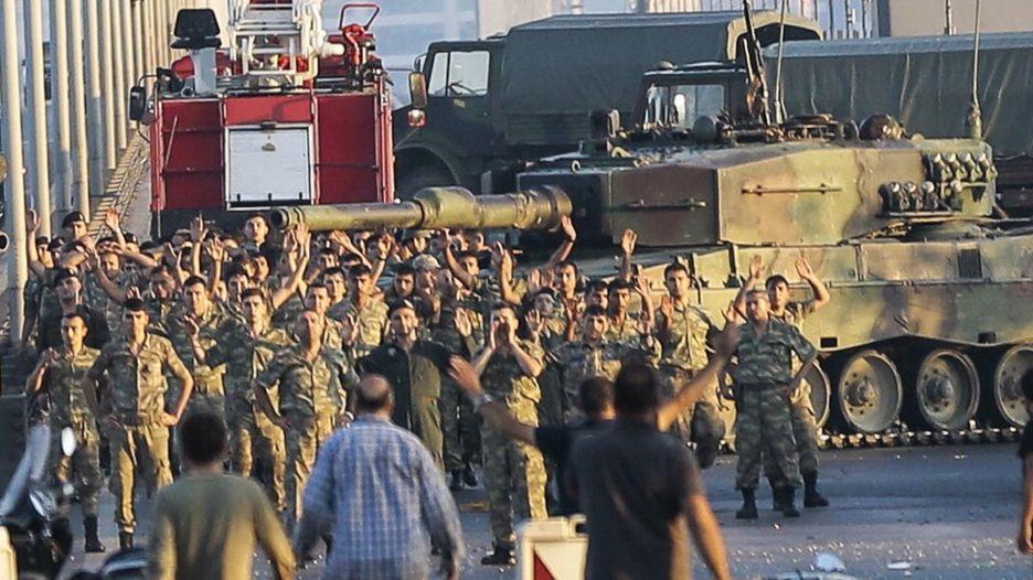 Солдаты, предпринявшие попытку военного переворота, сдаются на мосту через Босфор в Стамбуле