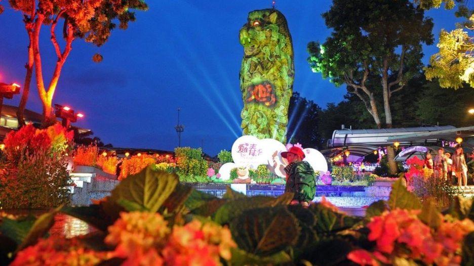 Vườn hoa với tượng Sư Tử Biển, biểu tượng của Singapore nhưng có gắn chữ Kê bằng Hán tự