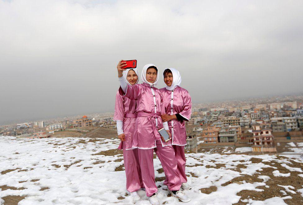 Latifa Safay (a la derecha), Hanifa Doosti (centro) y Suraya Rezai (a la izquierda), estudiantes del club Shaolin Wushu.