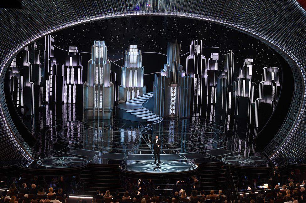 """Ведучий Джиммі Кіммел пожартував, що церемонію дивляться """"країни, які тепер нас ненавидять""""."""
