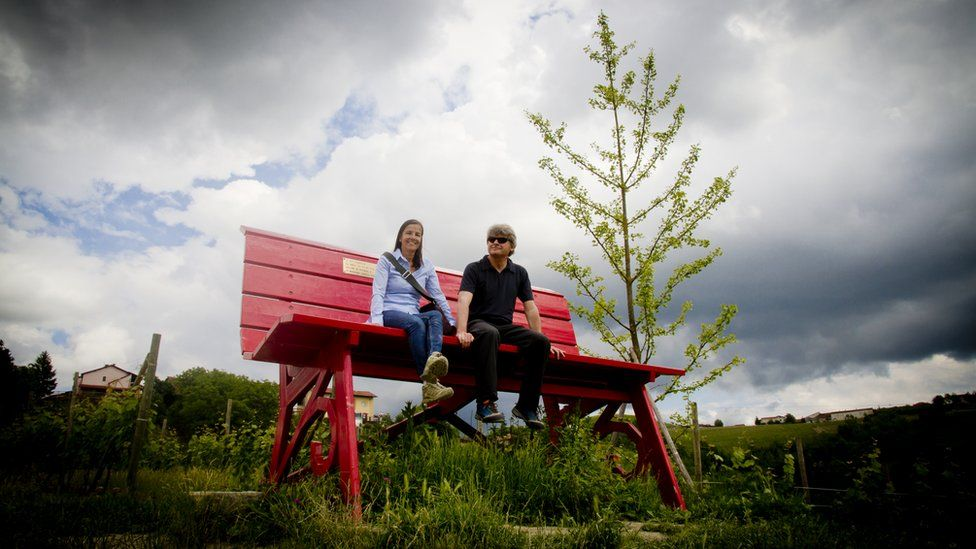 http://ichef-1.bbci.co.uk/news/976/cpsprodpb/14F05/production/_90656758_big_bench_4.jpg
