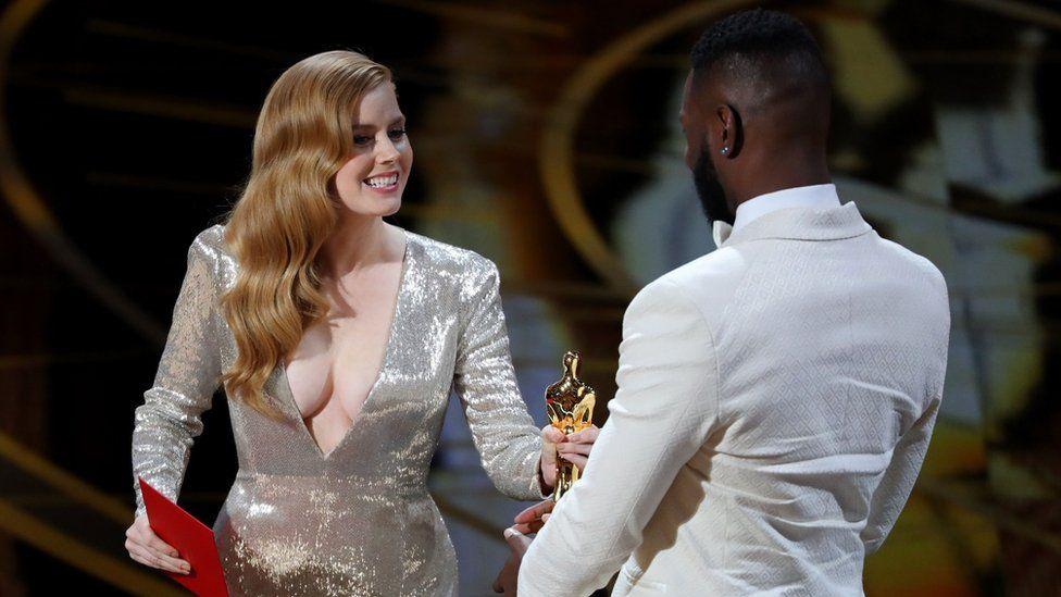 """Емі Адамс вручала """"Оскар"""" за найкращий адаптований сценарій авторам """"Місячного сяйва"""" Тареллу МакКрейні і Баррі Дженкінсу."""