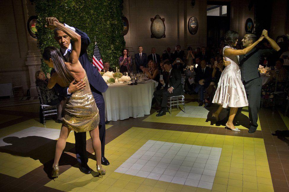 Rais wa Marekani Barack Obama na Mkewe Michelle Obama wakicheza densi ya tango
