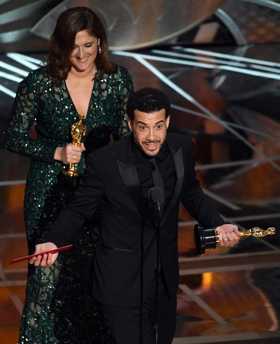 """Продюсерка фільму """"О. Джей: Зроблено в Америці"""" Керолін Вотерлоу і його режисер Езра Едельман приймають нагороду за найкращу документальну стрічку."""