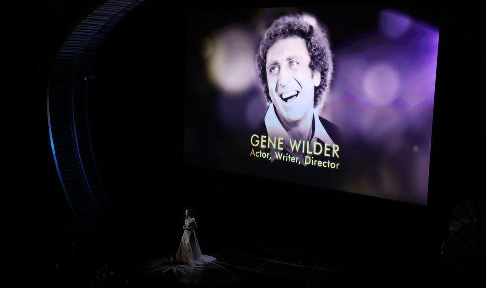 """Імена деяких акторів, режисерів, сценаристів, продюсерів і музикантів, які померли упродовж минулого року, з'явилися на екрані у той час, як Сара Барелліс виконувала пісню Джоні Мітчелл """"Both Sides Now""""."""