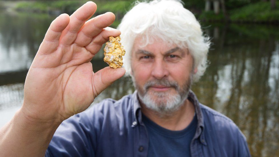 http://ichef-1.bbci.co.uk/news/976/cpsprodpb/82F5/production/_89652533_gr-biggest-gold-nugget023.jpg