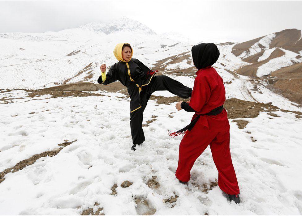 Sima Azimi entrena con una de sus estudiantes, Shakila Muradi