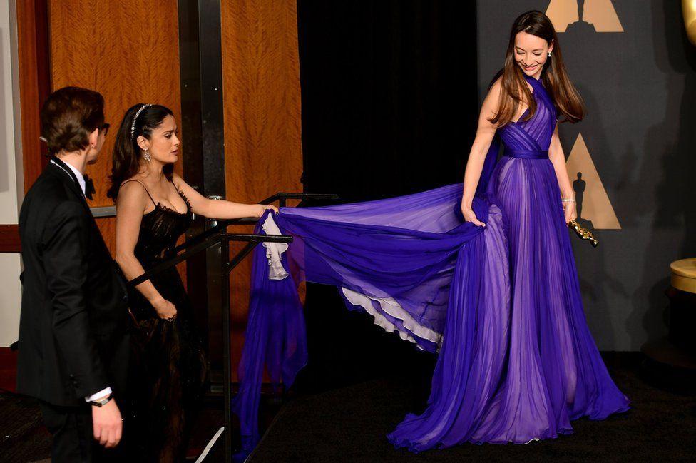 Акторка Сальма Гайєк і продюсер Джоанна Натасеґара за лаштунками церемонії.