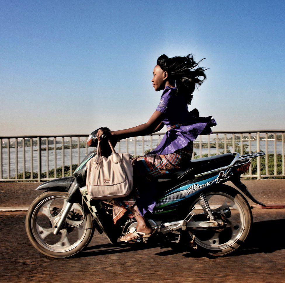 Motosiklet sürən qadın
