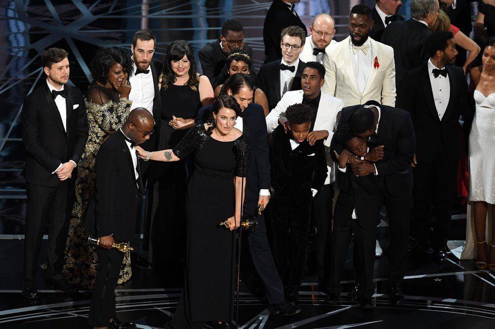 """Акторський склад і знімальна команда """"Місячного сяйва"""" зрештою вийшли на сцену, що отримати здобуту нагороду."""