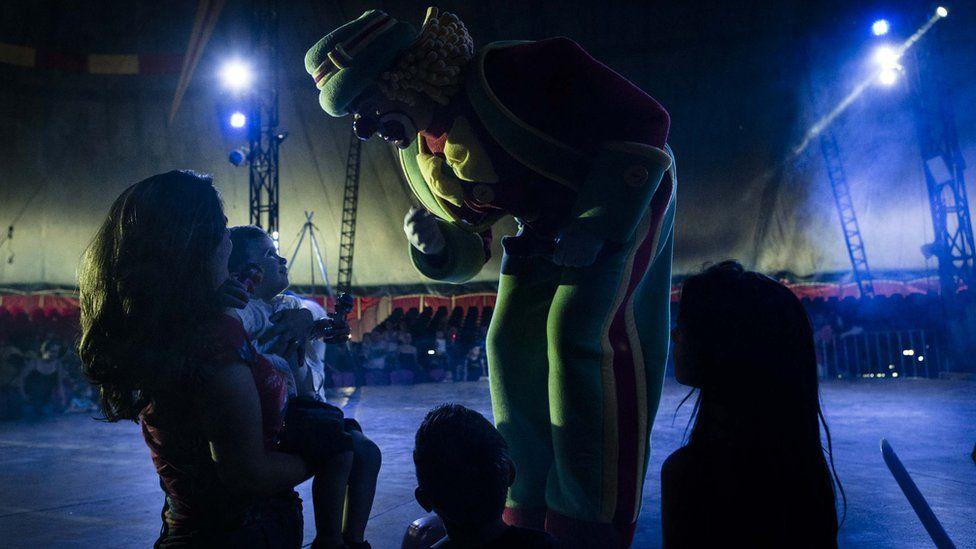 Palhaço Patatá se despede de crianças após apresentação