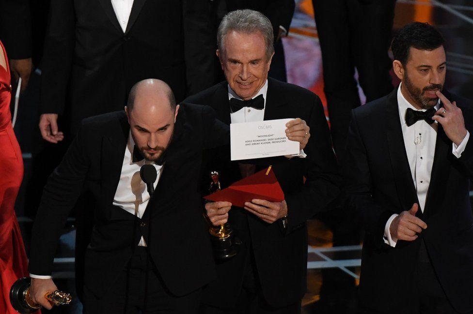"""Кілька секунд на сцені творився хаос, аж поки продюсер """"Ла Ла Ленду"""" Джордан Горовіц не оголосив справжнього переможця - стрічку """"Місячне сяйво""""."""