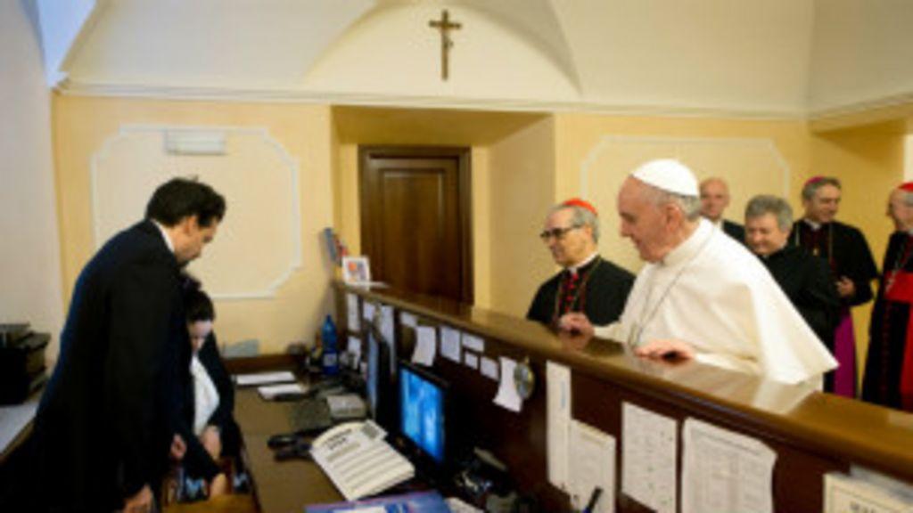 Papa Francisco já impõe seu estilo no Vaticano - BBC Brasil