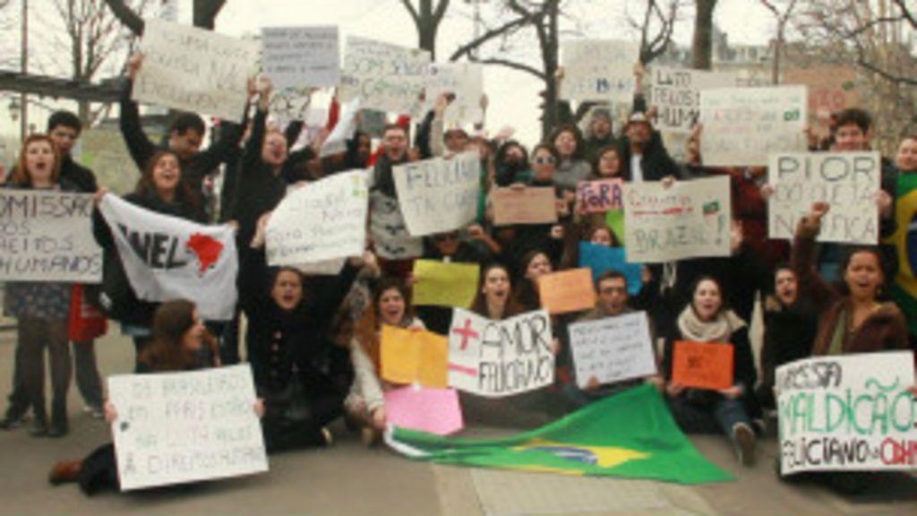 Brasileiros em Paris protestam contra Marco Feliciano - BBC Brasil