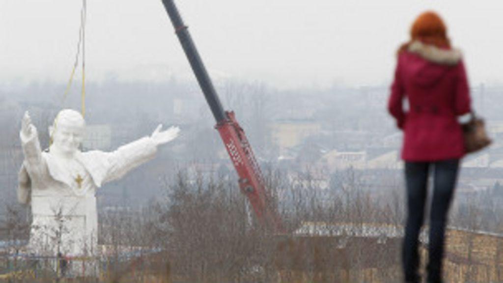 Polônia constrói estátua gigante do papa João Paulo 2º - BBC Brasil