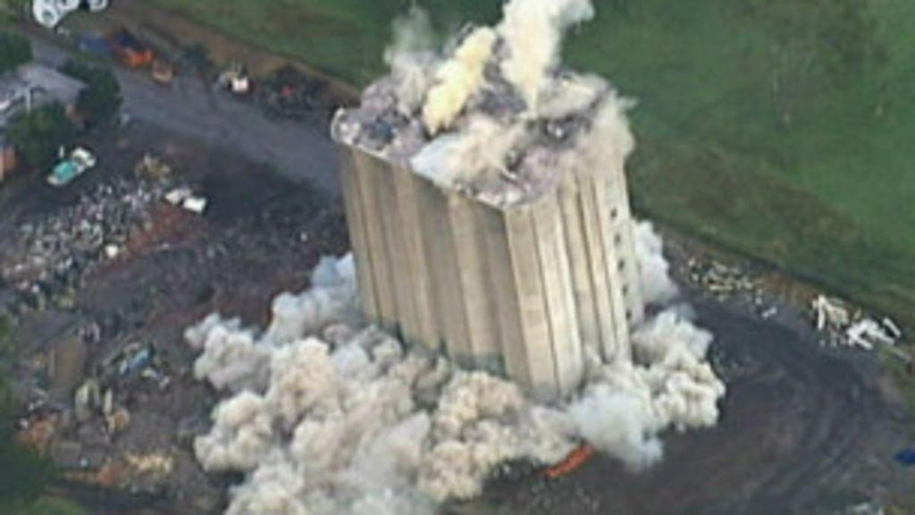 Implosão fracassa e trator dá empurrão em prédio na Austrália ...
