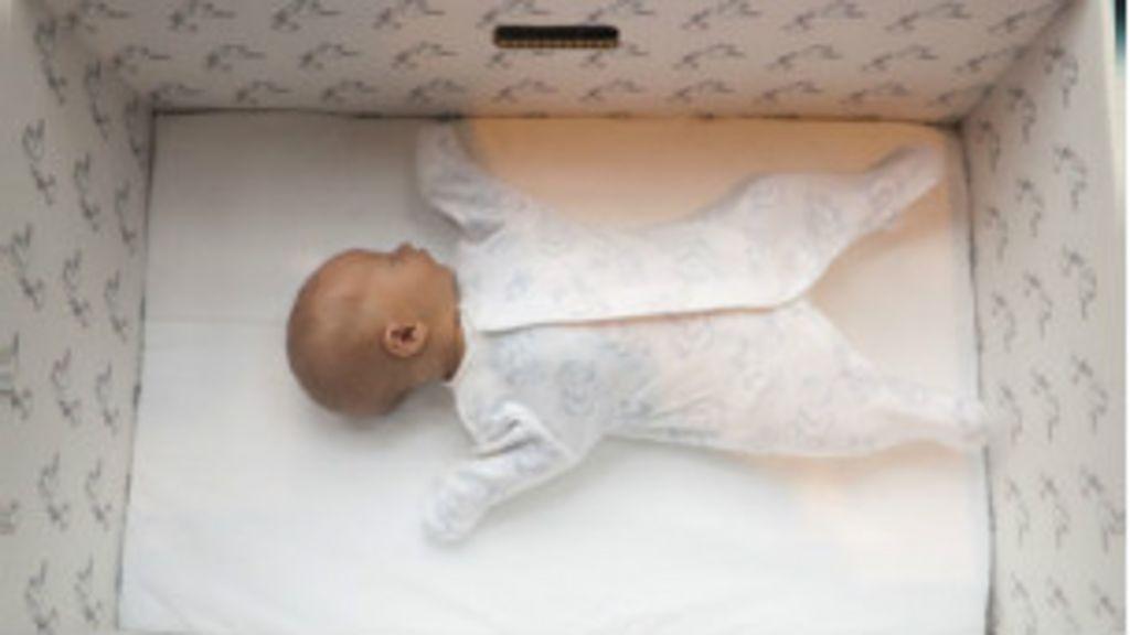 Bebês dormem em caixa de papelão na Finlândia - BBC Brasil
