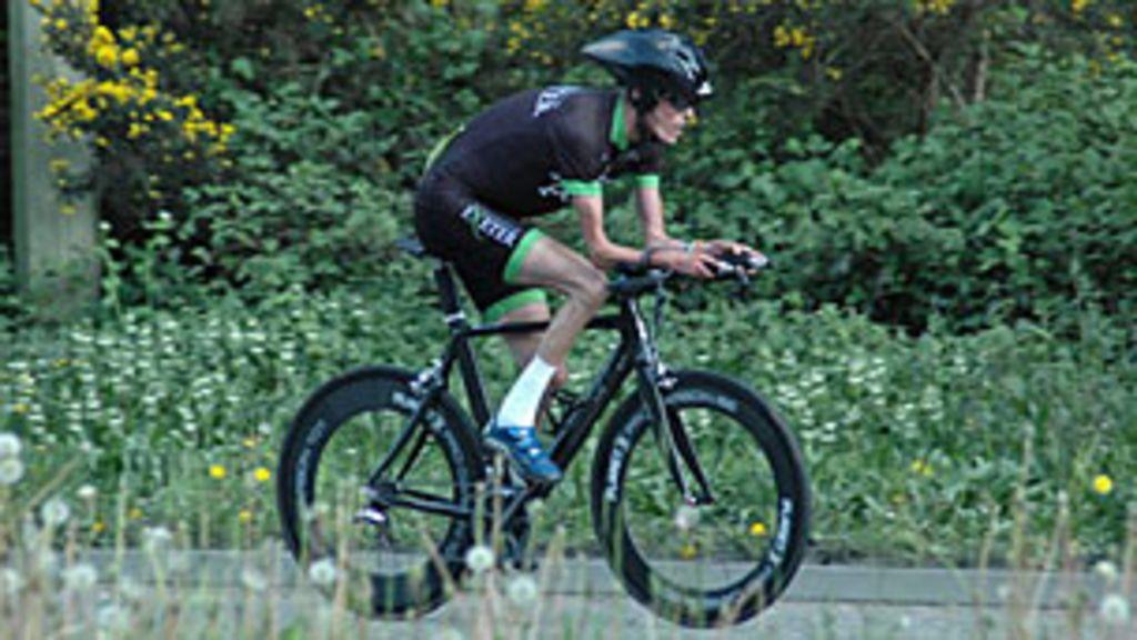 Ciclista com síndrome rara não tem gordura sob a pele - BBC Brasil