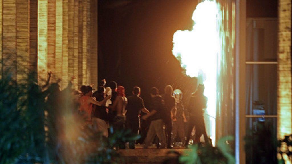 Brasília vive noite de tensão, com quebra-quebra e fogo no Itamaraty