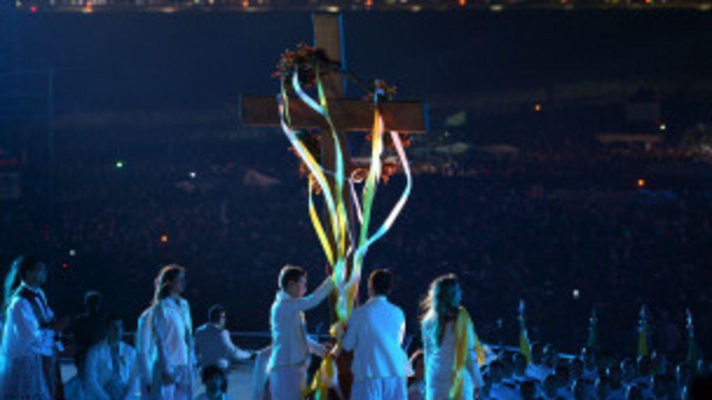 Encenação da via-sacra leva milhares à praia de Copacabana ...