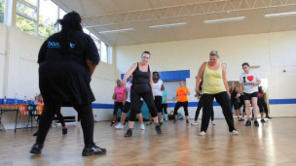 Professora de ginástica de 133 kg ajuda alunos a perder peso ...