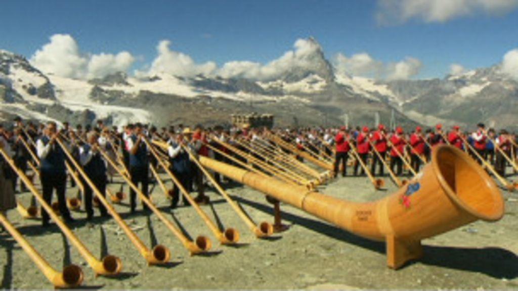 m 250 sicos criam maior banda de trompa alpina do mundo