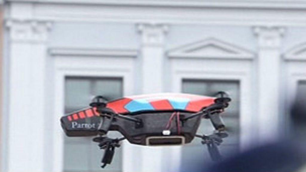 Drone provoca susto em comício de Merkel - BBC Brasil