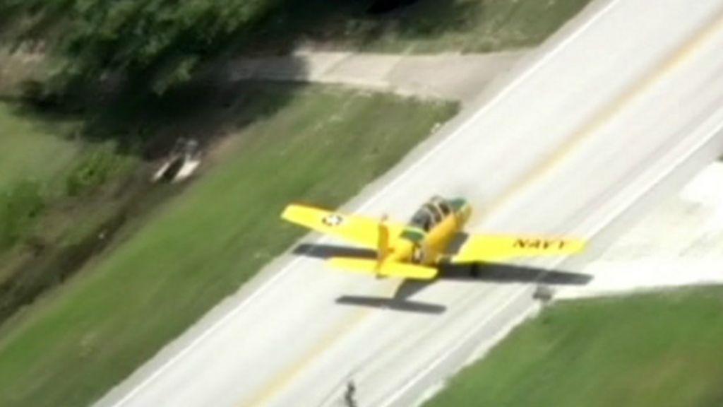 Avião velho faz pouso forçado em estrada nos EUA - BBC Brasil