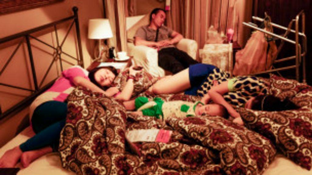 Chineses visitam lojas de móveis para passear e dormir - BBC Brasil