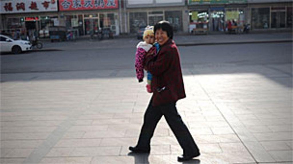 China relaxa política do filho único - BBC Brasil
