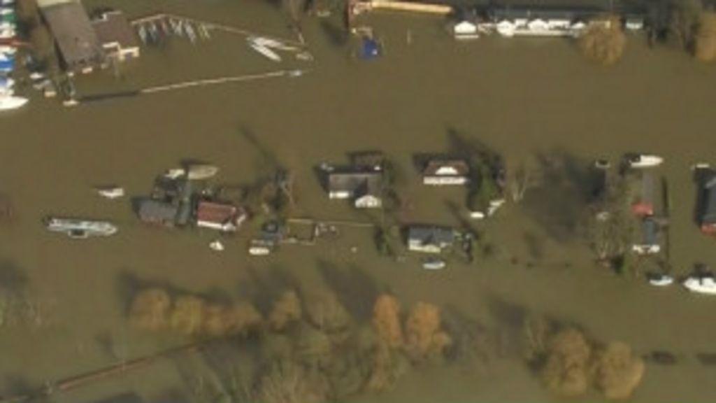 Enchentes na região do Tâmisa afetam milhares na Inglaterra - BBC ...