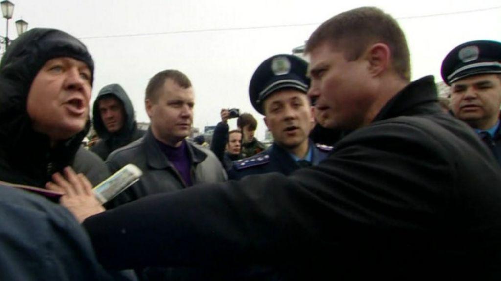 Manifestantes pró-Ucrânia e pró-Rússia brigam na Crimeia - BBC ...