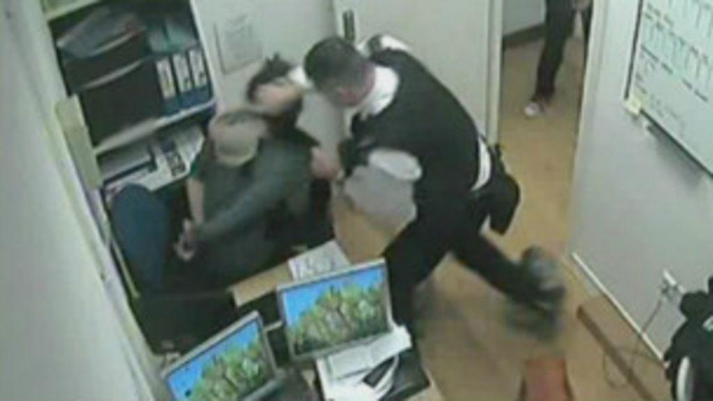 Vídeo condena policial britânico acusado de agressão - BBC Brasil