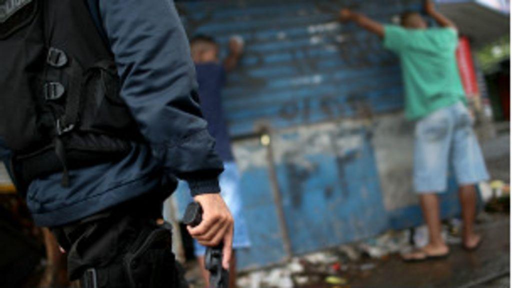 Como policiais acusados de crimes continuam nas ruas? - BBC Brasil