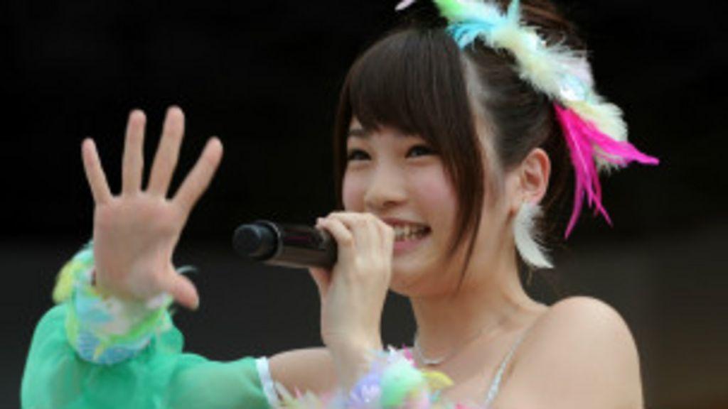 Cantoras de grupo pop japonês são atacadas por fã com serrote ...