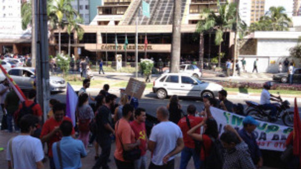 Manifestantes protestam próximo a hotel da seleção em Goiânia ...
