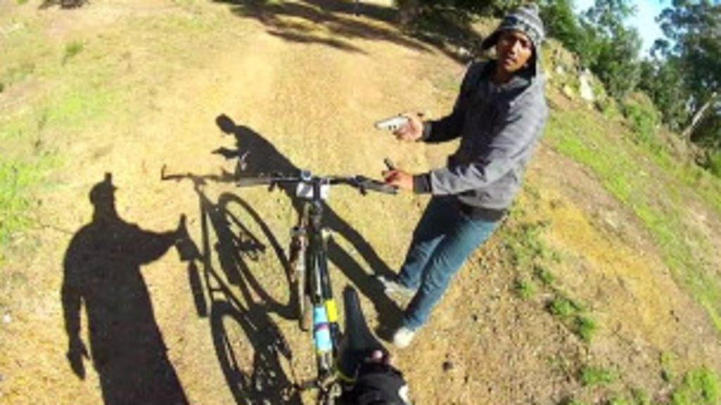 Ciclista registra seu próprio assalto com câmera do capacete - BBC ...