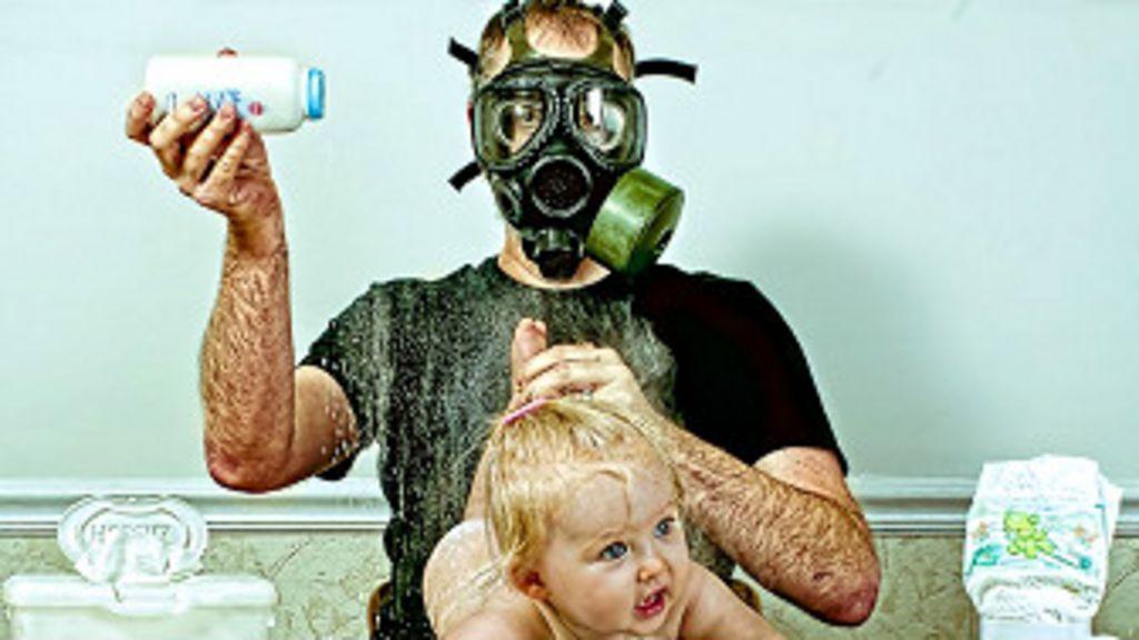 Fotos hilárias de pai ' sem noção' lidando com filha viram livro - BBC ...