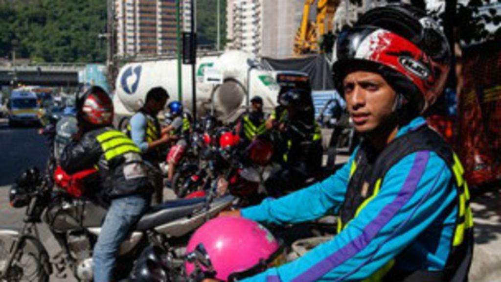 Aonde carro não chega: BBC pega mototáxi na Rocinha - BBC Brasil