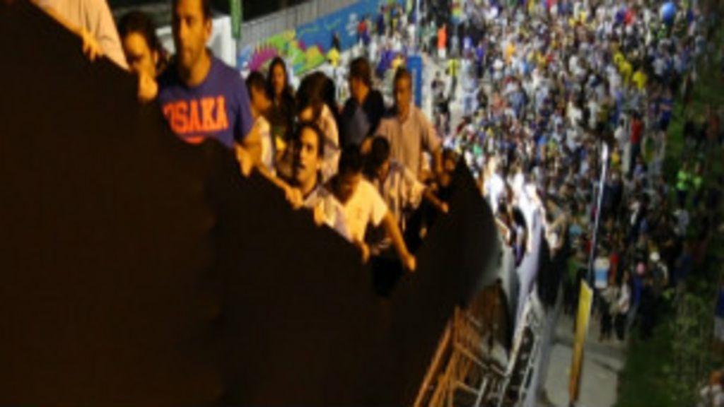Escada cambaleante assusta torcedores no Maracanã - BBC Brasil