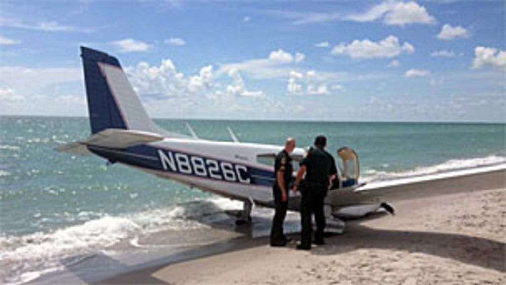 Avião mata banhista em pouso de emergência em praia - BBC Brasil