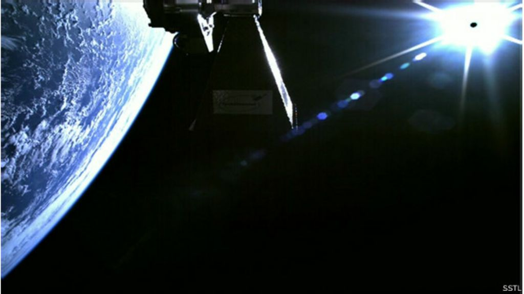 Novo satélite grava vídeo ao entrar em órbita na Terra - BBC Brasil