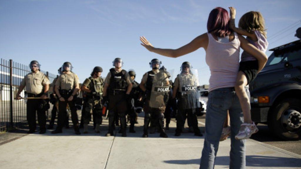 Tensão racial nos EUA revela 'militarização' da polícia americana ...